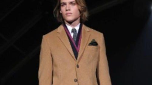 Looks elegantes en total black y estampados tribales dominan la Semana de la Moda Masculina de Milán