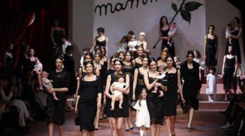 Dolce & Gabbana homenajea a las 'mammas' italianas sobre la Milán Fashion Week