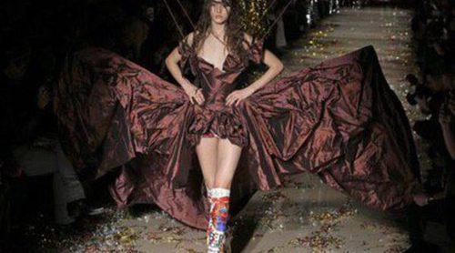 Vivienne Westwood revoluciona al público de la Paris Fashion Week con su peculiar desfile