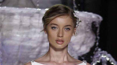 Pronovias corona sus vestidos de novia con pedrería sobre la Barcelona Bridal Week