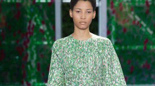 Raf Simons lleva la colección de Alta Costura otoño/invierno 2015 al jardín de las delicias de París