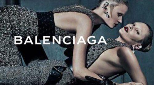 Kate Moss y Lara Stone, pura seducción y provocación para el otoño 2015 de Balenciaga