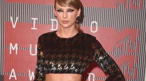 Los 15 vestidos icónicos de Taylor Swift que no pueden faltar en su marca de moda