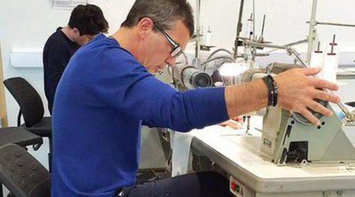 Antonio Banderas muestra sus dotes para la costura: así maneja la máquina de coser