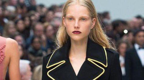 Burberry no abandona sus característicos trenchs en la primavera/verano 2016 de la London Fashion Week