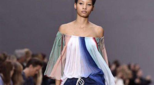 Chloé sube a Paris Fashion Week un look sesentero y fresco para primavera/verano 2016