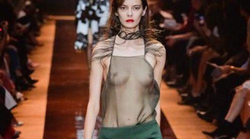 Nina Ricci: Minimalismo y plumas en su desfile primavera/verano 2016 de Paris Fashion Week