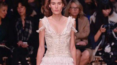 Alexander McQueen presenta su colección de cuento de hadas en París Fashion Week