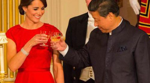 Kate Middleton combina los diamantes y el rojo pasión para su primera cena de Estado