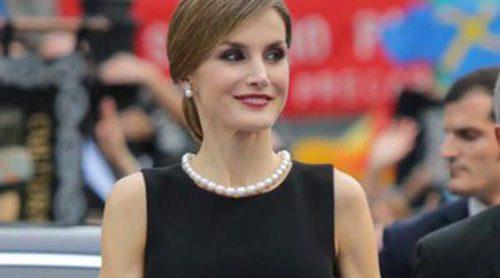 La Reina Letizia se quita años con su Felipe Varela de los Premios Princesa de Asturias 2015