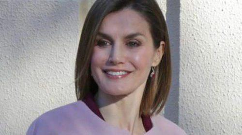 La Reina Letizia, siempre a la moda: estrena abrigo rosa cuarzo