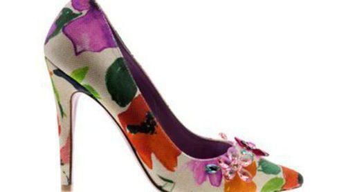 Úrsula Mascaró presenta una línea de calzado con sandalias y stilettos con estampados divertidos