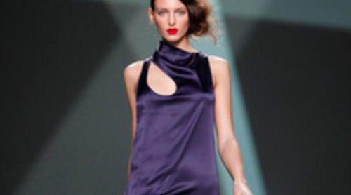 Prendas sobrias con aire futurista protagonizan lo nuevo de Devota y Lomba en la Fashion Week Madrid