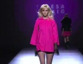 Cuero negro y pedrería empolvada en el desfile de Teresa Helbig en la Fashion Week Madrid