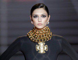 El oro y las joyas XXL protagonizan el espectacular desfile de Aristocrazy en Madrid Fashion Week