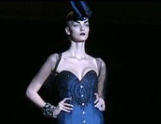 Encaje y pedrería cubren los trajes de noche de Maya Hansen en Madrid Fashion Week