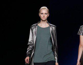 Sara Coleman utiliza líneas sencillas y metalizados para su viaje al futuro en la Fashion Week Madrid
