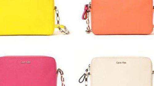 El 'it bag' de Calvin Klein viene a tamaño reducido y con mucho colorido para verano 2016