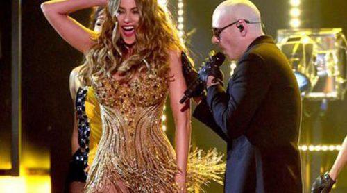 Sofia Vergara actuó junto a Pitbull con un modelo muy parecido al de Jennifer Lopez en los Grammy