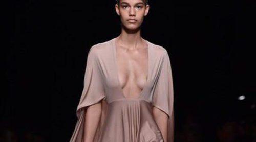 La mujer de Valentino en Paris Fashion Week: Femenina, sexy y elegante