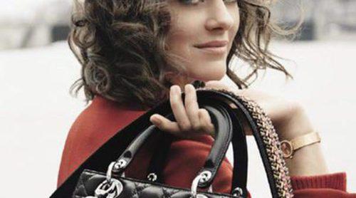 Marion Cotillard pasea por París con los nuevos modelos de Lady Dior 2016