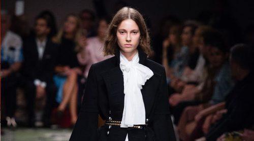 Burberry insiste en el estilo rococo con aires mosqueteros en su colección primavera/verano 2017