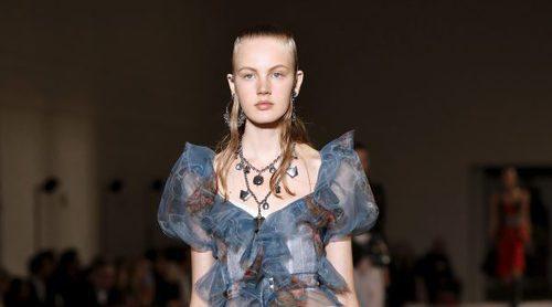 Fusión de romanticismo y punk: Alexander McQueen consigue un espíritu lírico con su colección SS17