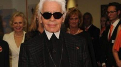Karl Lagerfeld rinde homenaje a la chaqueta negra de Chanel