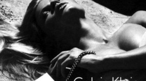 Lara Stone protagoniza una campaña cargada de sexualidad para Calvin Klein