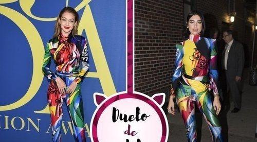 Gigi Hadid y Dua Lipa arriesgan con el extravagante mono de Versace. ¿Quién lo ha lucido mejor?
