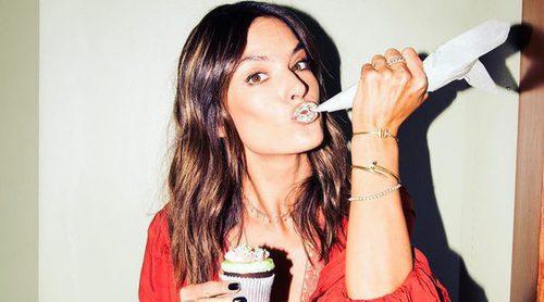 Alessandra Ambrosio promociona su colección con Revolve de la manera más dulce