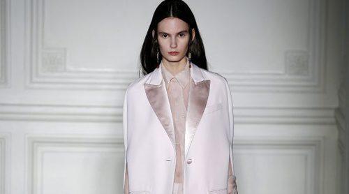 Valentino despliega su arte contemporáneo sobre su colección de Alta Costura primavera/verano 2017
