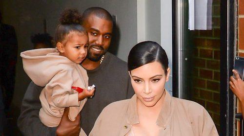 Kim Kardashian y Kanye West se lanzan al diseño de ropa infantil con su hija North West como modelo