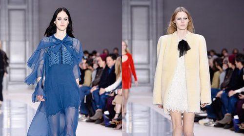 La diseñadora de Chloé se despide en la Paris Fashion Week con un desfile británico y muy alegre
