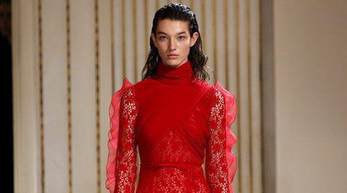 Giambattista Valli apuesta por los volantes y tejidos ligeros en la Paris Fashion Week