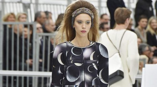El espacio exterior baja a la Paris Fashion Week con Chanel y su espectacular desfile futurista