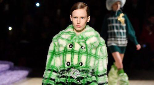 Miu Miu propone el pelo sintético a todo color como el tejido estrella en la Paris Fashion Week