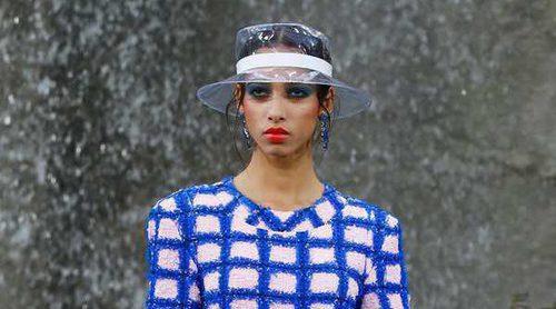 El plástico y el tweed protagonizan el desfile primavera/verano 2018 de Chanel en París Fashion Week