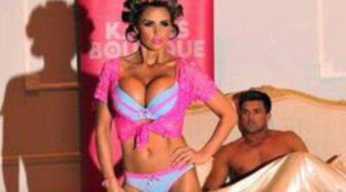 Katie Price presenta su atrevida línea de ropa interior
