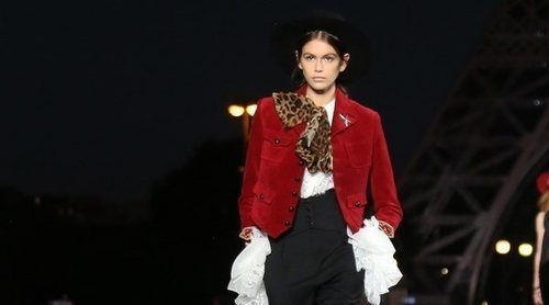 Yves Saint Laurent apuesta por el estilo más rockero y sexy en la Paris Fashion Week