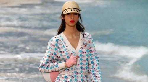 Una idílica playa llega al centro de la París Fashion Week con el desfile más veraniego de Chanel