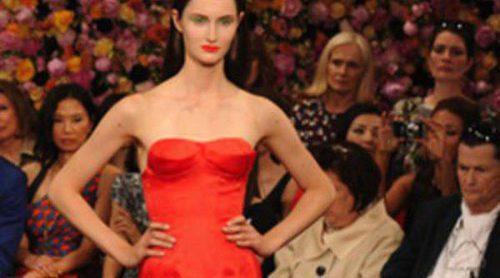 Christian Dior sube a la pasarela de la Alta Costura de París líneas femeninas y románticas flores