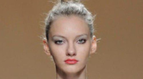 Ailanto apuesta por la blusa y lazos dorados en su colección primavera/verano 2013 presentada en la Fashion Week