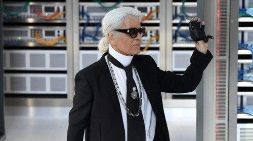 Amigos de Karl Lagerfeld rinden tributo al Káiser diseñado sus propias camisas blancas