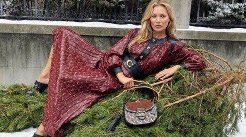 Kate Moss presenta la colección 'Holliday' de Coach en una estampa de lo más navideña