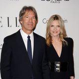 David E. Kelley y Michelle Pfeiffer en la fiesta 'Women in Hollywood' de ELLE