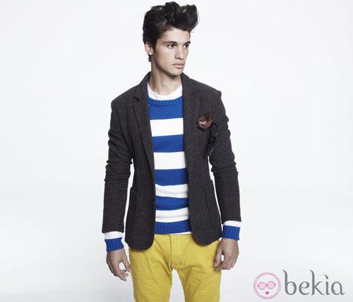 Americana en gris, jersey de listas y pantalón amarillo de Blanco, colección otoño 2011