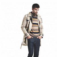 Gerard Piqué con abrigo beige, jersey y vaqueros para la colección otoño-invierno 2011 de H.E. by Mango