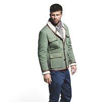 Gerard Piqué con cazadora verde y pantalones azules para la colección otoño-invierno 2011 de H.E. by Mango