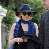 Kylie Minogue con un fedora azul